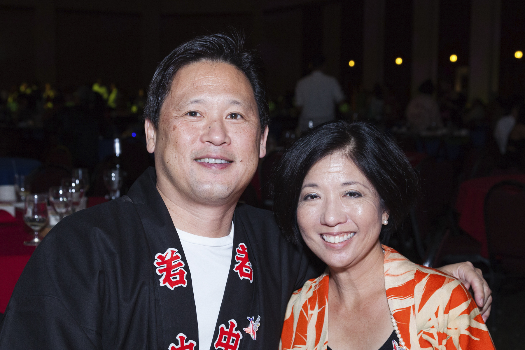 2016 AN EVENING AROUND THE WORLD: Howard & Teale Lee at the UHA Health Insurance table